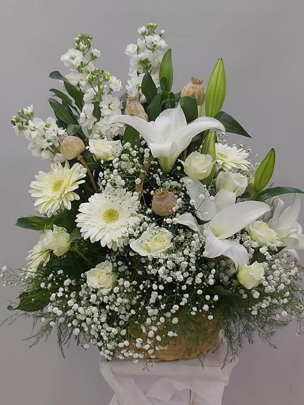 Sepette Beyaz Çiçek Aranjmanı