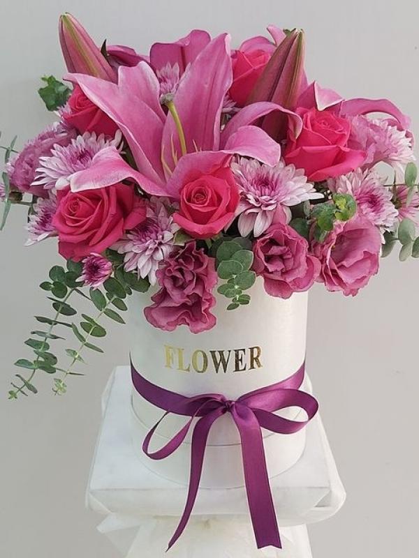 Beyaz Kutuda Pembe Çiçekler