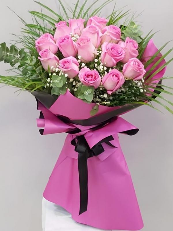 12 Adet İthal Güllerden Çiçek Buketi