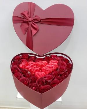 Kutuda Çiçek 41 Gül ve 12 Kalp Çikolata