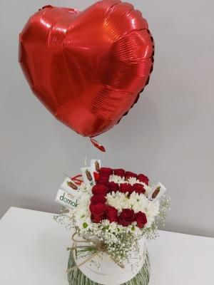 Kutuda Harfli Güller Çikolata ve Uçan Balon