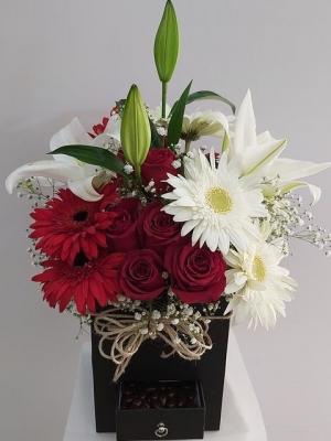 Kutuda Kırmızı Beyaz Çiçekler