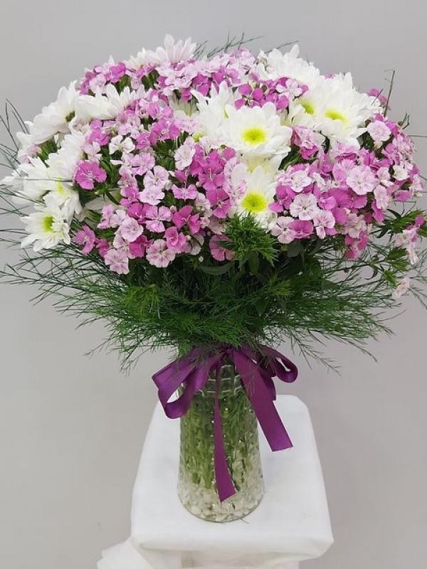Vazoda Pembe Beyaz Kır Çiçekleri
